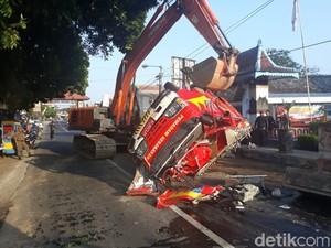 Hindari Penyeberang Jalan, Mobil PMK di Blitar Terbalik