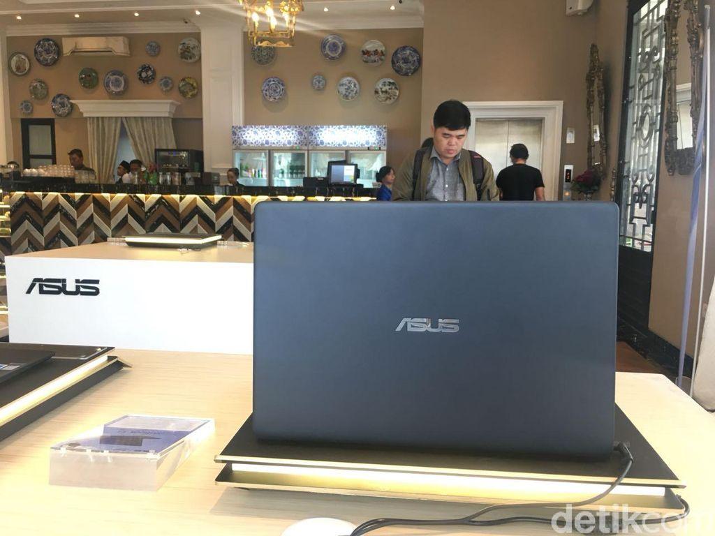 ZenBook UX331UAL merupakan laptop dengan layar 13,3 inch yang memilik bobot paling ringan. Beratnya hanya 985 gram. Foto: detikINET/Agus Tri Haryanto