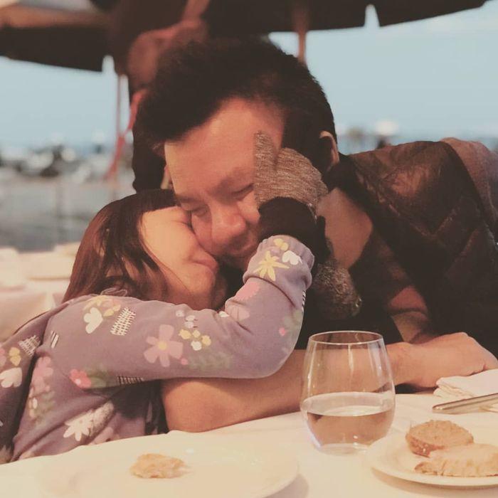Belum lama ini Jerry mengajak Shakira berlibur ke Portugal. Ketika makan malam, Shakira tak lupa memberikan ciuman manis di pipi untuk sang ayah. Foto: Instagram jerryaurum