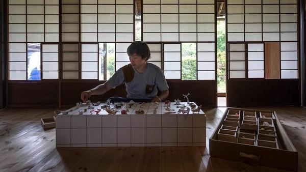 Seorang pria bernama Tatsumi bekerja sebagai pelayan restoran di Kameoka, Kyoto. Saat itu ia menerima tips unik dari seorang tamu (Harumi Ozawa/AFP)