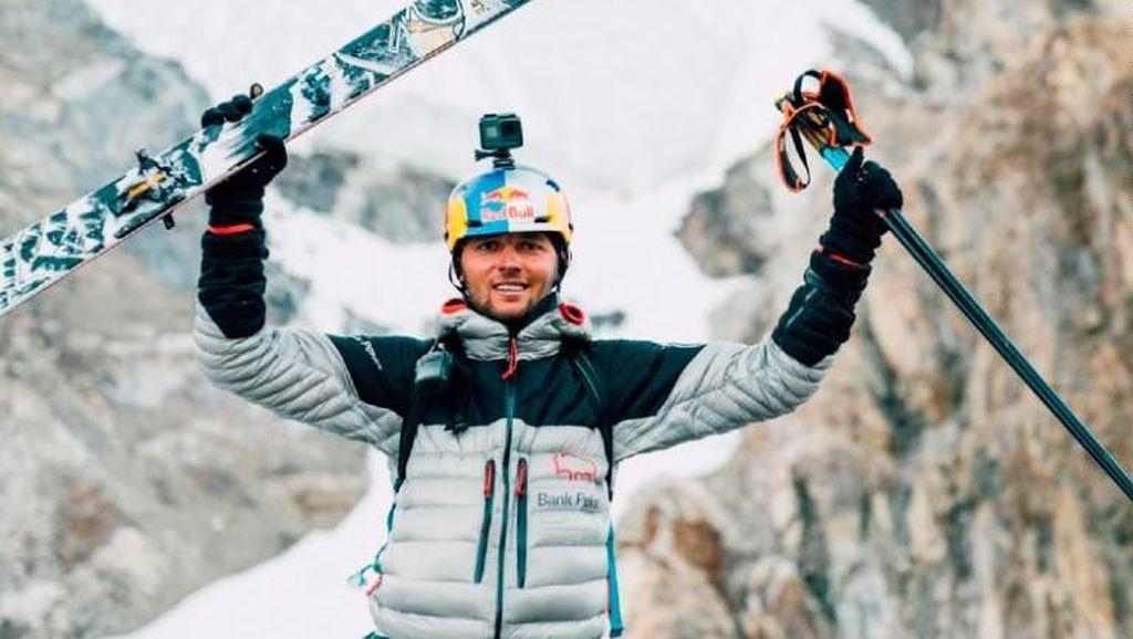 Nekat! Turun dari Gunung Tertinggi Kedua Dunia dengan Papan Ski