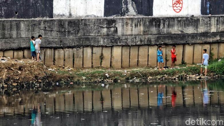 Sungai Kotor Lahan Bermain Kesukaan Anak-anak di Pinggiran Kota Jakarta
