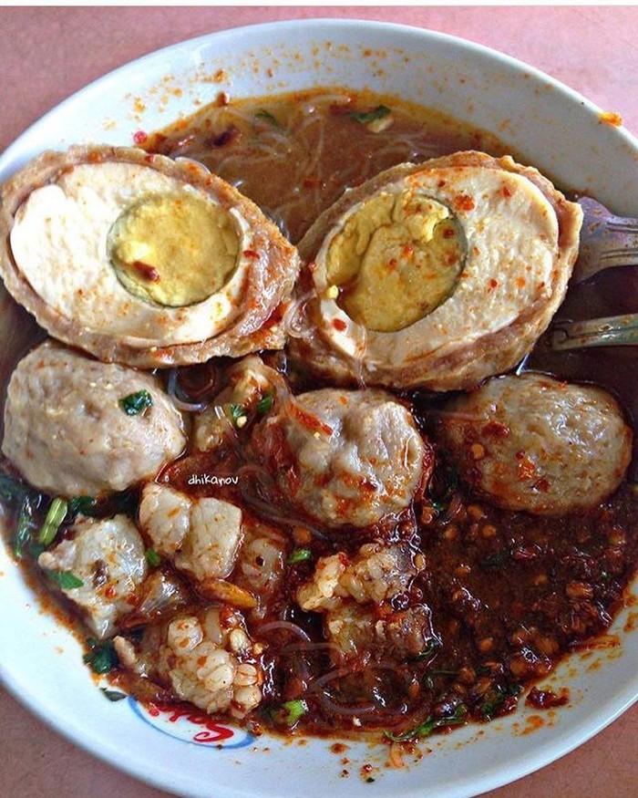 Wah bakso telur yang ini pasti bikin pecinta bakso dan pecinta pedas langsung ngiler. Sambalnya banyak banget nih! Foto : instagram @dhikanov