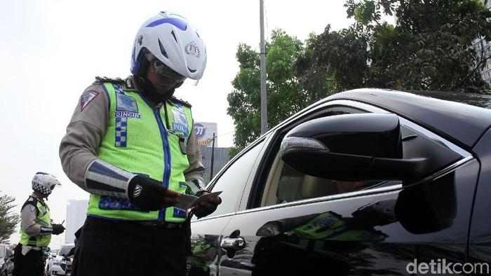 Polisi bersama Badan Pajak dan Retribusi Daerah melakukan razia bersama di Jalan Lingkar Luar, Jakarta Barat. Polisi merazia pengendara yang telat pajak.