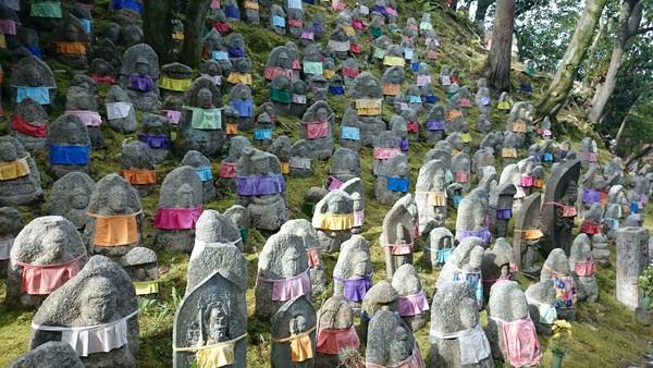 Selain bersejarah, kuil ini juga terkenal bagi orangtua yang kehilangan anak-anaknya. Di sebelah kuil utama ada kawasan yang berisi sekitar 200 patung Buddha Jizo. (kiyomizudera temple/ Facebook)