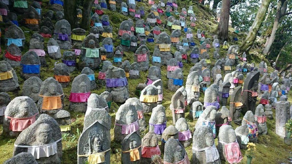 Ratusan Patung Pelindung Anak-anak yang Telah Meninggal