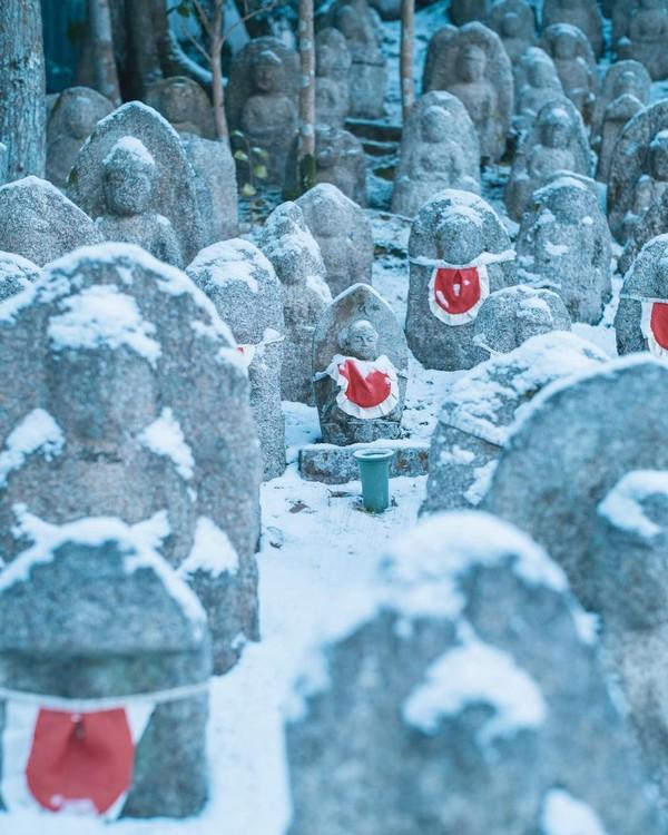 Patung Jizo adalah tradisi Buddha yang membantu seseorang mendapatkan pahala setelah kematian. Sehingga orang tua yang kehilangan anaknya akan membangun Jizo di samping Kuil Kiyomizu Dera. (feel_kiyomizudera/Instagram)