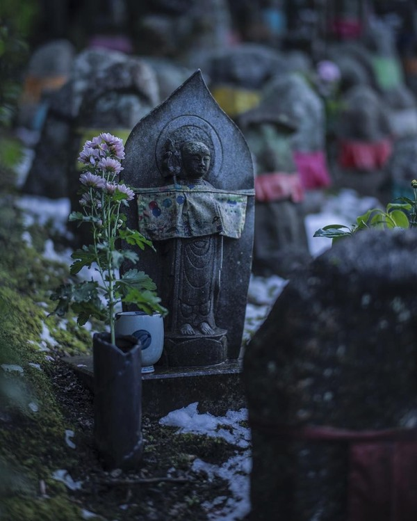 Oleh karena itu dibuatlah patung Jizo. Jizo dipercaya akan membantu jiwa anak-anak tersebut dengan menyembunyikan mereka di balik jubahnya. Sehingga anak-anak tersebut bisa sampai ke akhirat. (feel_kiyomizudera/Instagram)