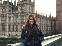 Dia terlihat cantik saat menjelajahi Kota London, Inggris (iamyanetgarcia/Instagram)