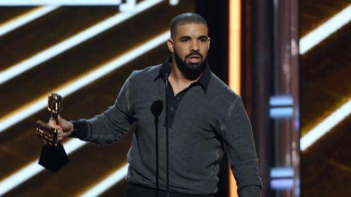 Dilansir Forbes, Drake termasuk rapper yang karirnya melejit. Rapper 32 tahun ini punya kekayaan US$ 150 juta atau setara Rp 2,1 triliun/Foto: Getty Images
