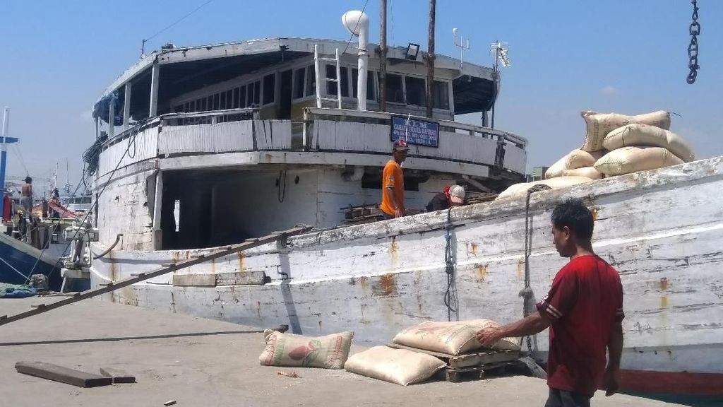 Kisah Warga Sulsel 16 Jam Naik Kapal Hanya untuk Beli Beras