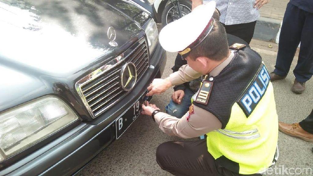Polisi Tilang Penunggak Pajak dan Pemasang Stiker di Pelat Nomor