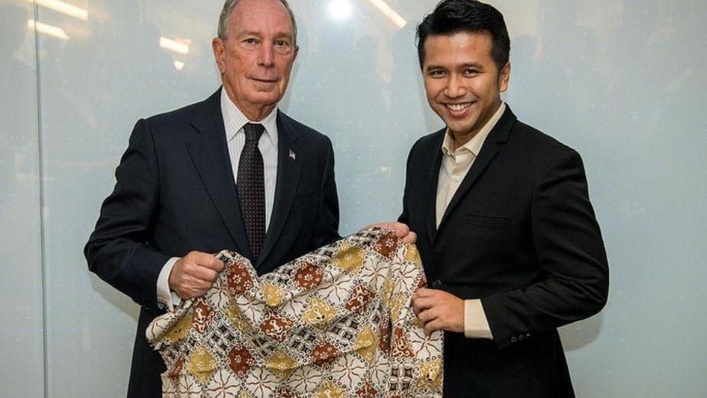 Kunjungi New York, Emil Hadiahi Michael Bloomberg Batik Trenggalek