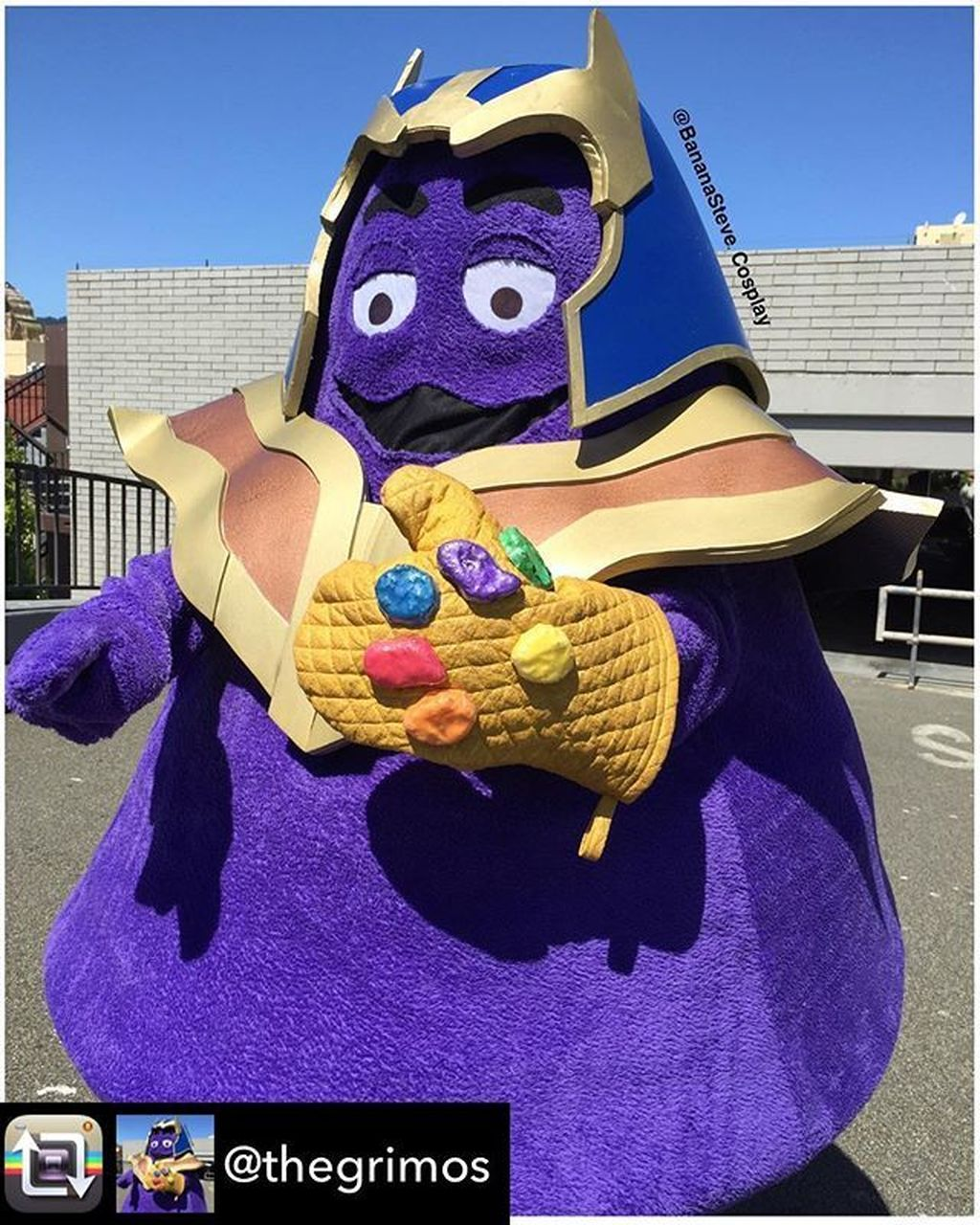 Cosplayer Banana Steve membuat kostum yang menggabungkan karakter Grimace yang merupakan salah satu maskot McDonald dengan Thanos, antagonis di Avengers: Infinity War. Kreasinya ini disebut Grimos. Foto: Instagram @McVengers
