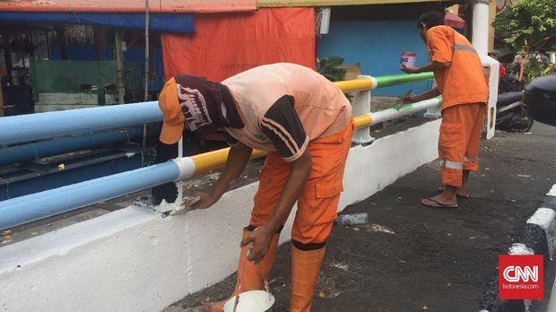 Petugas PPSU menghias jembatan bertema Asian Games di depan kantor Kelurahan Paseban, Jakpus, Rabu (24/7).