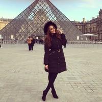 Posenya di depan Museum Louvre. Modis ya? (iamyanetgarcia/Instagram)