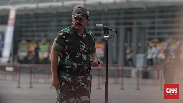 Panglima TNI Marsekal Hadi Tjahjanto dalam simulasi pengamanan aksi terorisme untuk mengamankan Asian Games di JIEXPO Kemayoran, Jakarta (26/7).