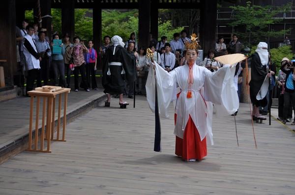 Ada banyak yang bisa traveler lihat di Kuil Kiyomizu Dera. Ada Air Mancur Otawa yang memiliki mitos. Ada pula batu cinta bagi traveler yang ingin mencari jodoh dan tradisi Buddha lainnya. (kiyomizudera temple/Facebook)