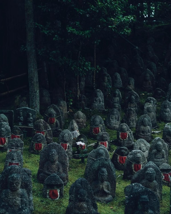 Uniknya, Jizo akan diberi bib atau semacam kerah untuk anak-anak pada jaman dulu. Bib memiliki banyak warna, namun yang paling sering dipilih adalah merah yang artinya mewakili keselamatan. (feel_kiyomizudera/Instagram)