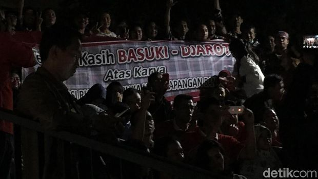 Spanduk Basuki-Djarot saat Anies meresmikan revitalisasi Lapangan Banteng