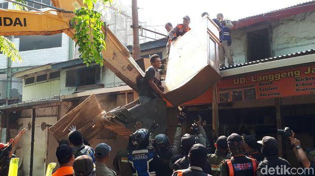 Gunakan Ruang Milik Jalan, 11 Bangunan di Jalan Semarang Dibongkar