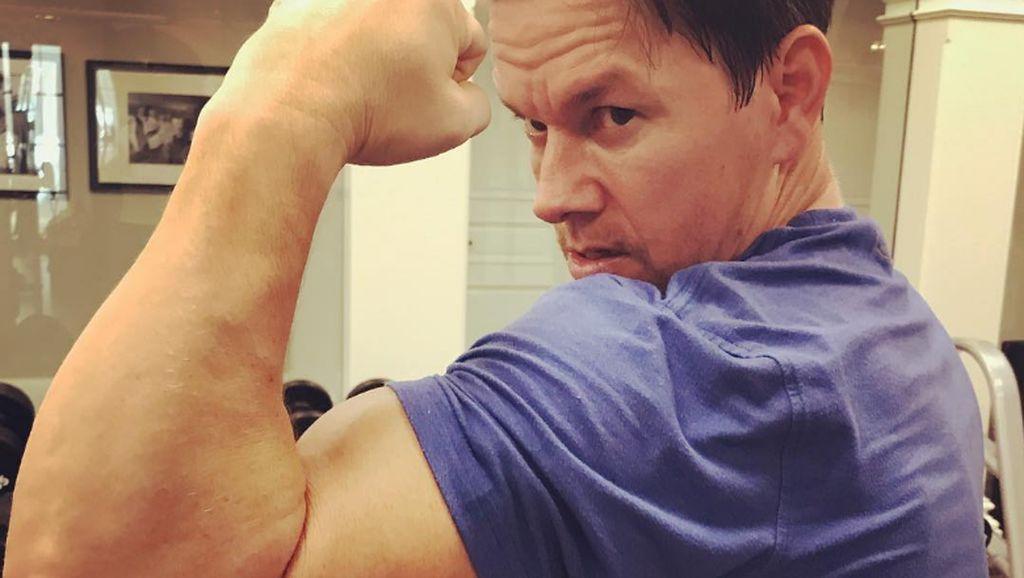 Bukan ke Gym, Aktor Mark Wahlberg Olahraga dengan Dorong Anak-Istri