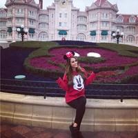 Masih di Paris, dia tampak kegirangan saat mampir di Disneyland Paris (iamyanetgarcia/Instagram)