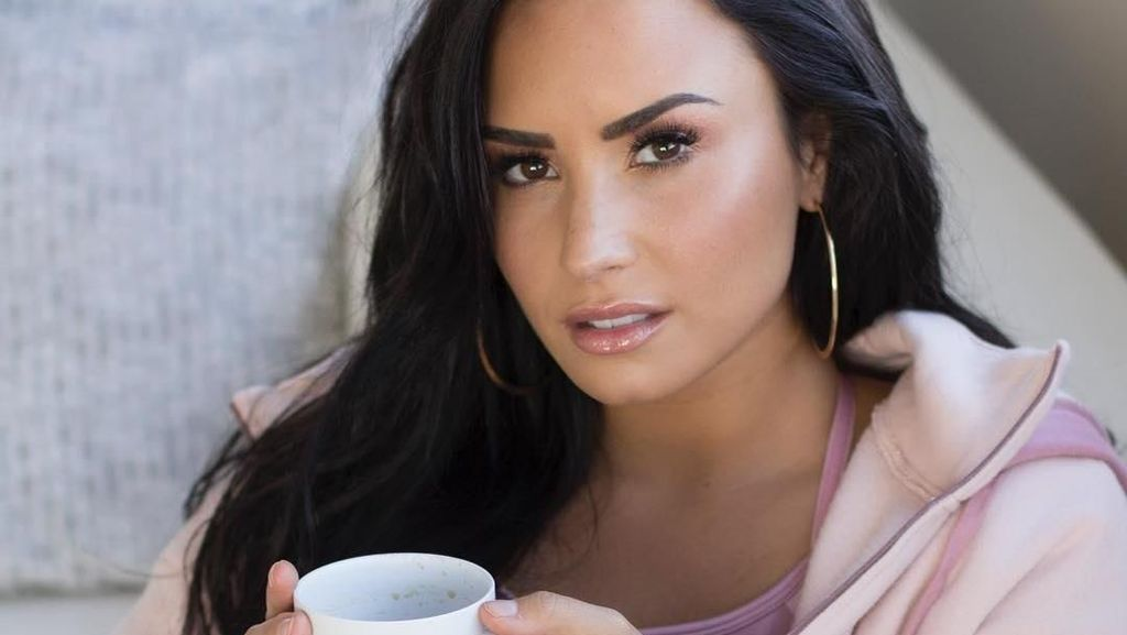 Demi Lovato Pamer Wajah Tanpa Makeup, Netizen: Cantik Banget!