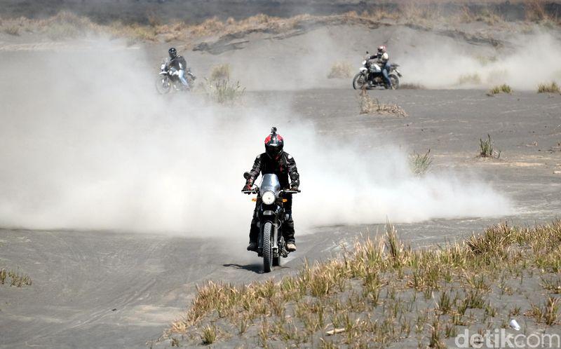 Traveler pecinta motor rasanya harus coba touring ke Bromo. Tak hanya eksotis, Bromo menawarkan trek yang penuh dengan tantangan. (dok. Istimewa)