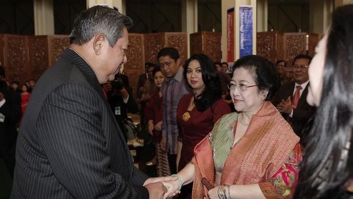 SBY dan Megawati penganugerahan doktor kehormatan pada Ketua MPR Taufiq Kiemas di Gedung MPR/DPR, Maret 2013
