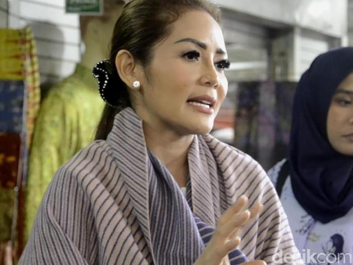 Penyanyi dangdut Kristina blusukan di pasar batik Pekalongan, Kamis (26/7/2018).