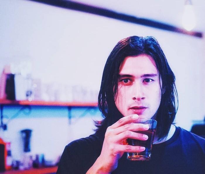 Namanya mungkin masih asing, tapi Daniel Adnan tengah mencuri perhatian karena penampilannya berlaga di film Bufallo Boys yang baru saja rilis. Aktor tampan ini ternyata penggemar berat kopi. Foto: Instagram @danieladnan