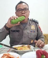 Begini Aksi Polisi yang Tiru Gaya Makan DJ Butterfly