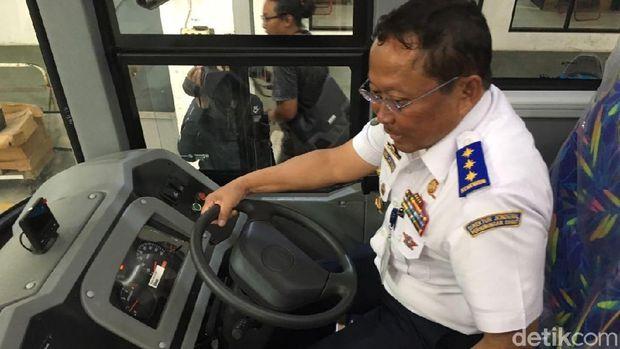 Dirjen Perhubungan Darat Budi Setyadi mencoba BRT