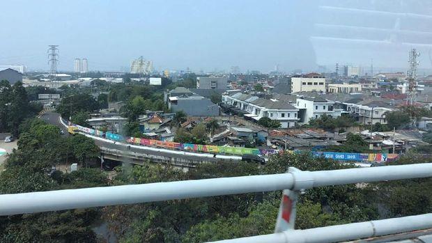 Penampakan dari atas jembatan warna-warni branding Asian Games di ruas jalan tol