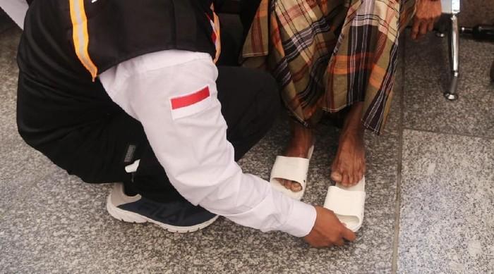 Perlu sandal khusus untuk persiapan haji. Foto: Dok. Kemenkes