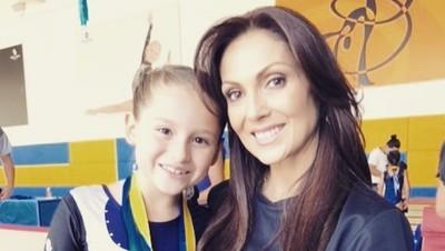 Kebersamaan si Tante Rambut Palsu Nora Salinas dan Putrinya
