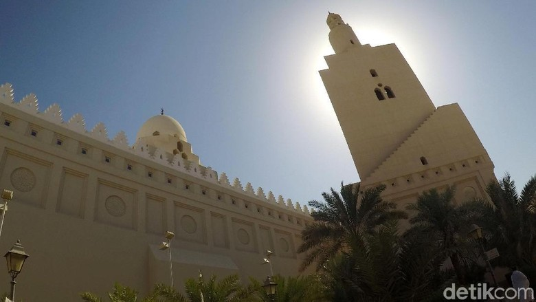 Melihat Kemegahan dan Keindahan Masjid Bir Ali