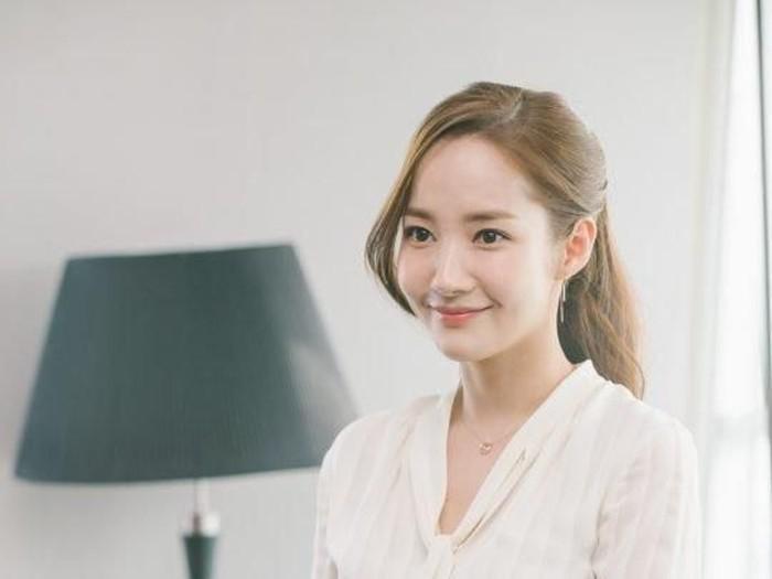 Rahasia Wajah Porselen Park Min Young di Secretary Kim Foto: TvN