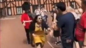 Turis Perempuan Didorong dari Belakang oleh Pengawal Kerajaan Inggris