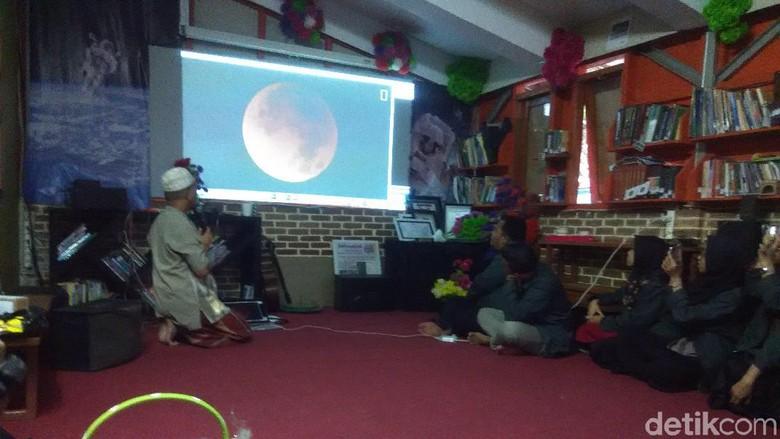 Hendro sedang menjelaskan fenomena gerhana (Rachmadi Rasyad/detikTravel)
