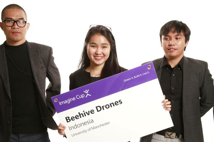 Tim BeeHive Drones memperkenalkan drone untuk petani. Foto: Microsoft Indonesia