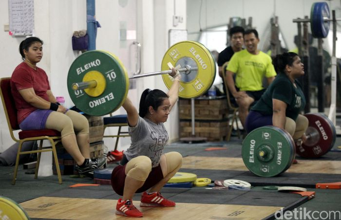 Sejumlah atlet angkat besi melakukan Pemusatan Pelatihan Nasional (Pelatnas) Asian Games 2018 di Mess Kwini, Jakarta, Jumat (27/7/2018).