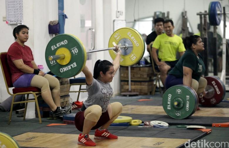 Latihan Ekstra Atlet Angkat Besi Jelang Asian Games 2018