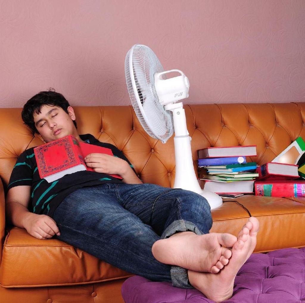 Tidur dengan Kipas Angin Menyala? Boleh Sih, Tapi Awas Leher Kaku