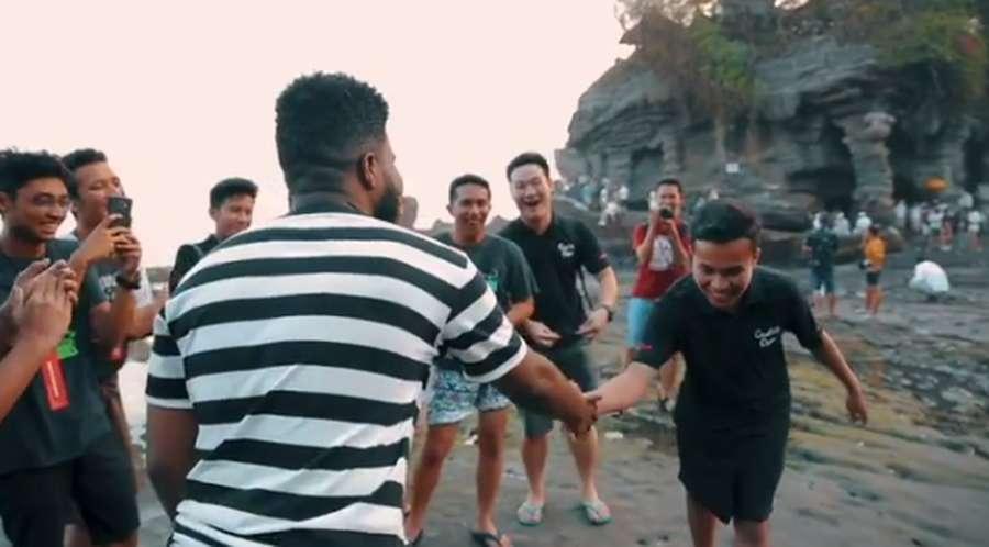 Ini Aksi Khalid di Bali, Duet hingga Keliling Naik Motor