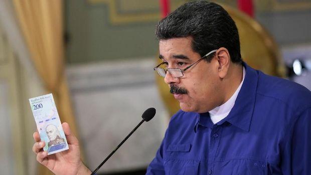 Presiden Nicolas Maduro memamerkan uang kertas baru, bolivar soberano.