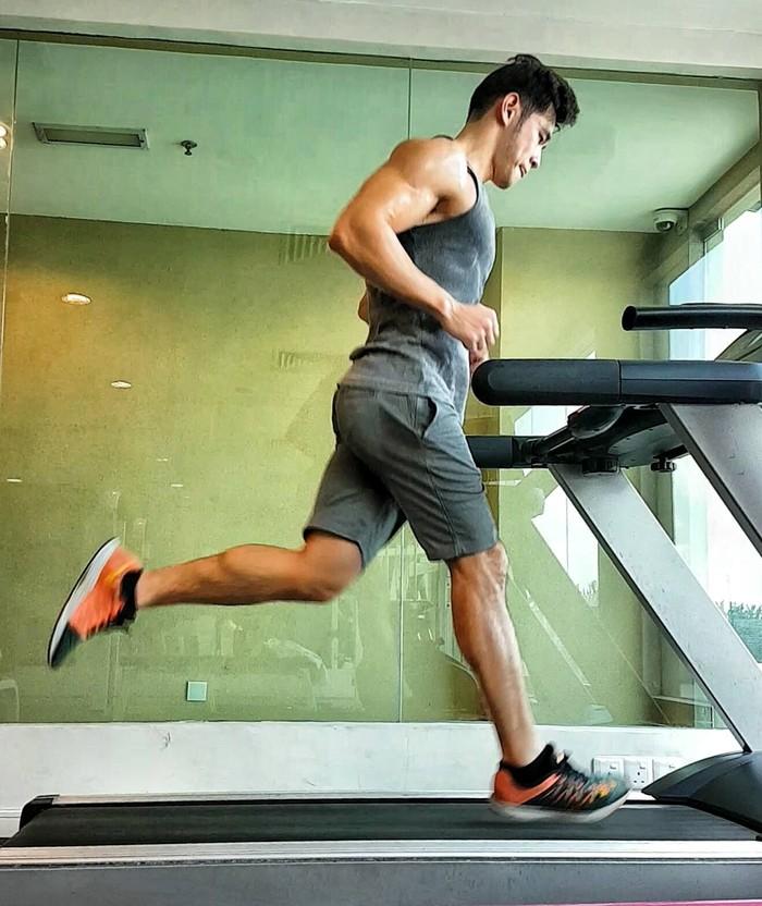 Otot-otot kekar Jordan tentu saja hasil dari olahraga rutin. (Foto: Facebook/Jordan Yeoh)