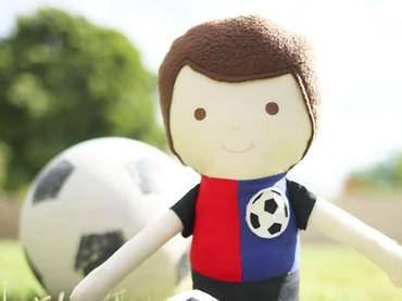 Wah, bonekanya ada yang berupa tokoh pemain bola lho. Keren! (Foto: Instagram/stitchesbycharlotte)
