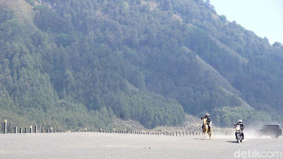Foto: Pesona Bromo terletak di Lautan Pasir dan kuda-kudanya. Jika berani, kamu bisa menantang joki kuda Bromo buat adu cepat. Seperti saat motor Royal Enfield Himalayan beradu cepat vs kuda Bromo. (Wahyu/detikTravel)